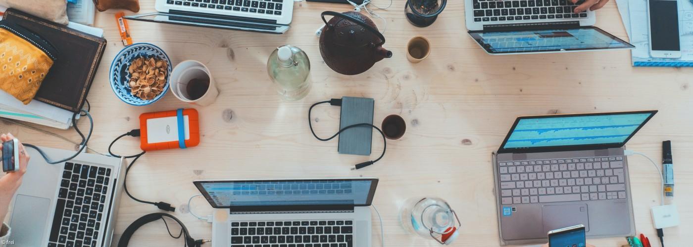 Team als Netzwerk - Tisch mit vielen Rechnern